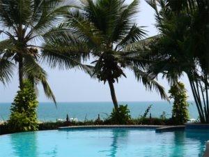 Swimmingpool mit Meerblick in romantischem Garten.