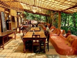The Khamma Kethna Outdoor-restaurant is cozy embedded in tranquil nature.