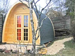 Gemütliche pod houses für ein outdoor-Abendteuer im Garten.
