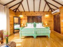 Aura-Cottages mit eigenem Sitzbereich im Garten in abgeschiedener, tropischer Atmosphäre.