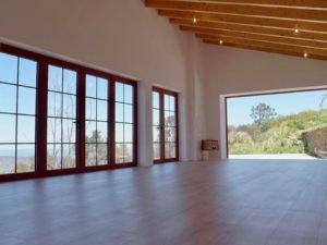 Meditationsraum mit Aussicht über die portugiesische Landschaft bis zum Meer.