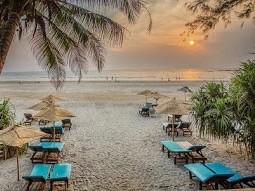Ein Sandstrand in Goa zum Sonnenbaden und Spazierengehen mit unglaublich schönen Sonnenuntergängen