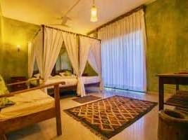 Die geschmackvoll eingerichteten Zimmer im indischen Wellness Zentrum sind in traditionellem Design und modernem Komfort – Bad, Balkon und Meer- oder Poolblick