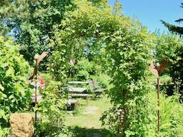 Romantischer Garten für entspannte Seminarpausen in der Engelscheuer.