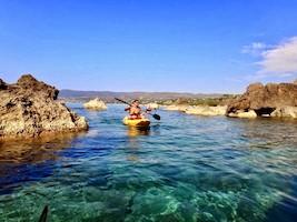Kajak Meditation – im wunderbaren Licht der Morgensonne zwischen Felsen auf dem Meer paddeln und im klaren Wasser schwimmen.