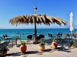 In Griechenland leckeren griechischen Kaffee trinken am Hafen in Koronimit Blick auf dasÄgäische Meer.