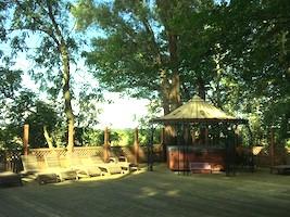 Naturschutzgebiet, Badesee und eine Sauna laden zum Erholen und Entspannen ein.