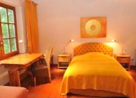 Pegasus Zimmer freundlich, liebevoll und individuell mit geschmackvollen Naturholzmöbeln eingerichtet