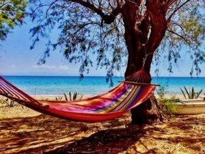 Entspannung am einsamen Sandstrand mit tiefen Begegnungen im Shiva und Shakti Seminar in Griechenland