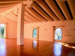 Tantraseminar Leidenschaft und Liebe im Capannacce Seminarraum, umgeben von Olivenhainen, Weinbergen und Wäldern in der Toskana.